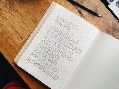 Words written in a notebook: Digital, usabilidad, inclusividad, diseno, accessibilidad.
